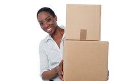 Jeune fille avec des boîtes en carton à disposition image stock