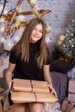 Jeune fille avec des cadeaux de Noël Photographie stock libre de droits