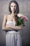 Jeune fille avec des fleurs Photos libres de droits