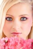 Jeune fille avec des fleurs de source photo stock
