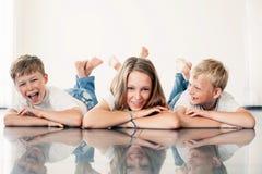 Jeune fille avec des frères Image libre de droits