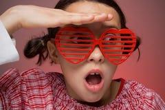 Jeune fille avec des nuances d'obturateur Photographie stock libre de droits