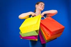 Jeune fille avec des paquets Photographie stock libre de droits
