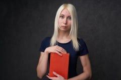 Jeune fille avec des taches de rousseur reposant le portrait d'un étudiant De nouveau au concept d'école photo stock
