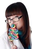 Jeune fille avec du charme avec la sucrerie Image libre de droits