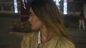 Jeune fille avec du charme posant sur la rue banque de vidéos