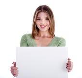 Jeune fille avec du charme retenant le panneau d'affichage blanc Images stock