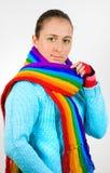 Jeune fille avec l'écharpe colorée colorée Image libre de droits