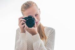 Jeune fille avec l'appareil photo numérique, prenant une photo Image libre de droits