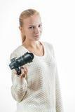 Jeune fille avec l'appareil photo numérique, prenant une photo Photographie stock