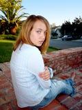 Jeune fille avec l'assiette Photographie stock