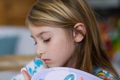 Jeune fille avec l'expression réfléchie Photo stock