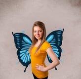 Jeune fille avec l'illustration bleue de papillon sur le dos Photos libres de droits