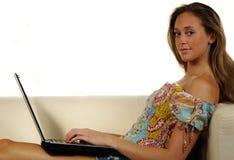 Jeune fille avec l'ordinateur portable photo stock
