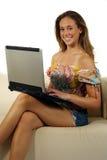 Jeune fille avec l'ordinateur portable photographie stock