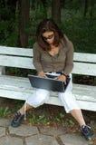 Jeune fille avec l'ordinateur portatif photo libre de droits