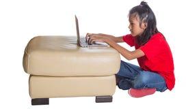 jeune fille avec l'ordinateur portatif Image libre de droits