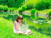 jeune fille avec l'ordinateur portatif Images stock