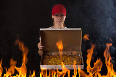 Jeune fille avec la boîte à pizza sur le feu Photo stock