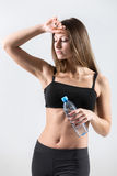 Jeune fille avec la bouteille de l'eau après pratique en matière de sport Photographie stock libre de droits