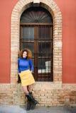 Jeune fille avec la coiffure Afro à l'arrière-plan urbain Photo libre de droits