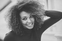 Jeune fille avec la coiffure Afro à l'arrière-plan urbain Image libre de droits