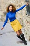 Jeune fille avec la coiffure Afro à l'arrière-plan urbain Image stock