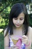 Jeune fille avec la crême glacée Photographie stock