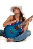 Jeune fille avec la hutte et la guitare blanches image libre de droits