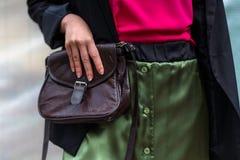 Jeune fille avec la jupe à la mode verte tenant un leathe de vintage photos stock