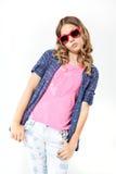Jeune fille avec la longs chemise et jeans de plaid de port de cheveux bouclés Image libre de droits