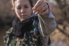 Jeune fille avec la pêche de canne à pêche sur la rivière Photo stock