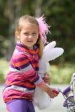 Jeune fille avec la poupée de lapin images stock