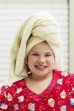 Jeune fille avec la serviette autour de la tête photo stock