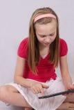 Jeune fille avec la tablette tactile Images stock