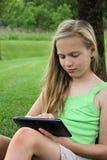Jeune fille avec la tablette tactile Image libre de droits