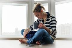 Jeune fille avec la tasse de café images libres de droits
