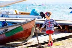Jeune fille avec le bateau Images libres de droits