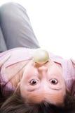 Jeune fille avec le bubble-gum d'isolement Photos libres de droits