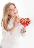 Jeune fille avec le cadre en forme de coeur Photographie stock