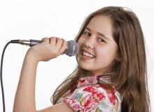 Jeune fille avec le chant de microphone Images libres de droits