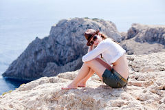 Jeune fille avec le chapeau brun dans des vacances d'été Photos stock