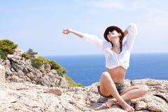 Jeune fille avec le chapeau brun dans des vacances d'été Images stock