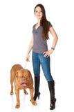 Jeune fille avec le chiot de Dogue de Bordeaux Image libre de droits
