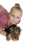 Jeune fille avec le chiot, terrier de Yorkshire mignon - meilleurs amis Photo libre de droits