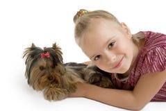 Jeune fille avec le chiot, terrier de Yorkshire mignon - meilleurs amis Photographie stock libre de droits