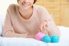 Jeune fille avec le fil de laine pour le tricotage Photos stock