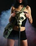 Jeune fille avec le gasmask image stock