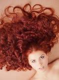 Jeune fille avec le long cheveu se trouvant sur l'étage Images libres de droits