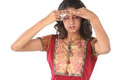 Jeune fille avec le mal de tête photo stock